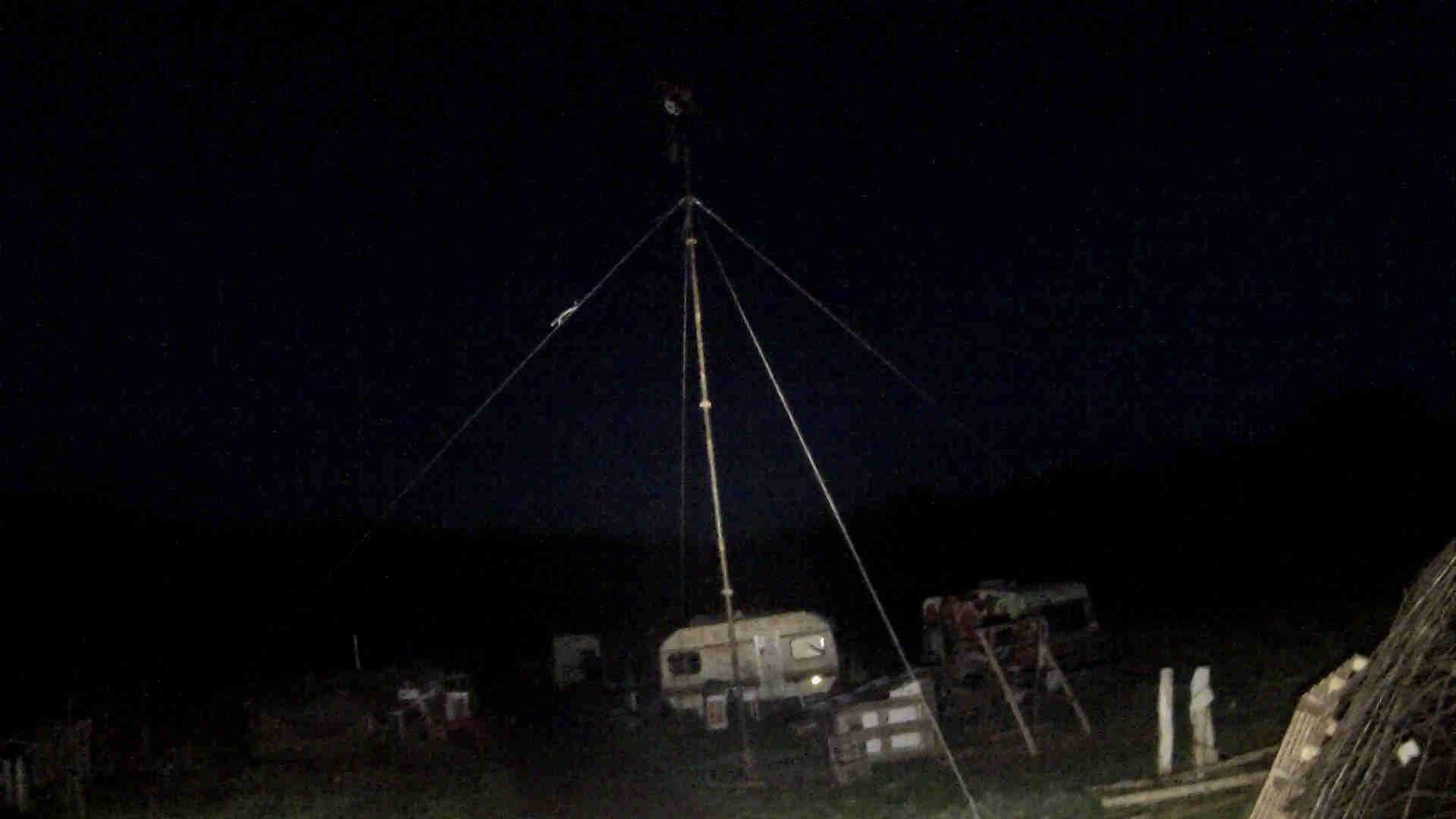 Turbina de viento en la pradera por la noche